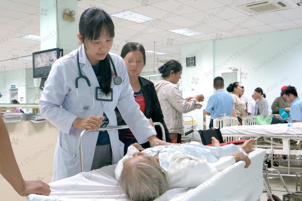 Hy hữu: Một trẻ sơ sinh ngừng tim thoát chết kỳ diệu sau khi mẹ đẻ rơi, khi cứu được thì cũng không thấy người nhà đâu