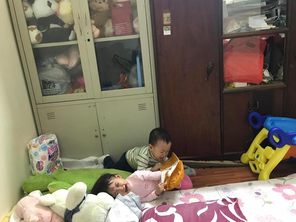 Cận cảnh 'cuộc chiến không cân sức' trong gia đình có con sinh đôi, dân mạng xem xong chỉ biết cười lăn lóc