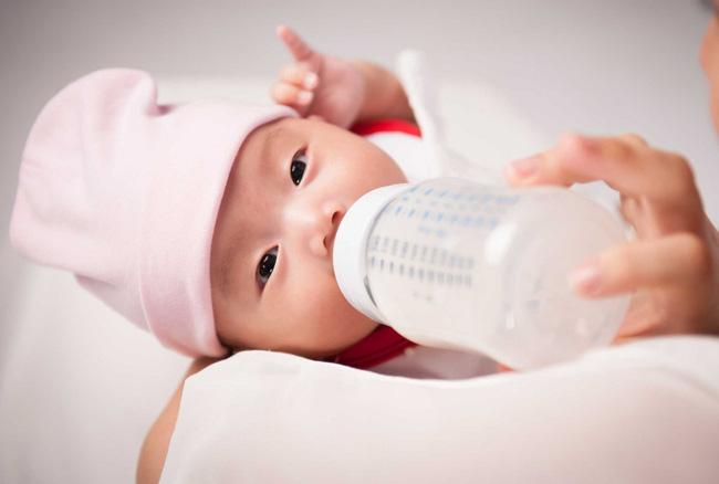 6 mẹo hiệu quả các mẹ có thể thử nếu con nhất quyết đòi ti mẹ chứ không chịu bú bình