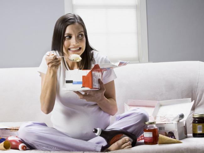 Bác sĩ sản khoa khuyên các bà bầu nên ăn uống bình thường nhưng có 1 điều quan trọng cần tăng cường trong bữa ăn