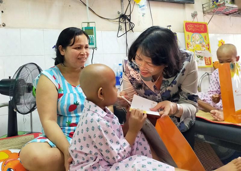 Phó Chủ tịch nước thăm, tặng quà Tết cho bệnh nhân ung thư