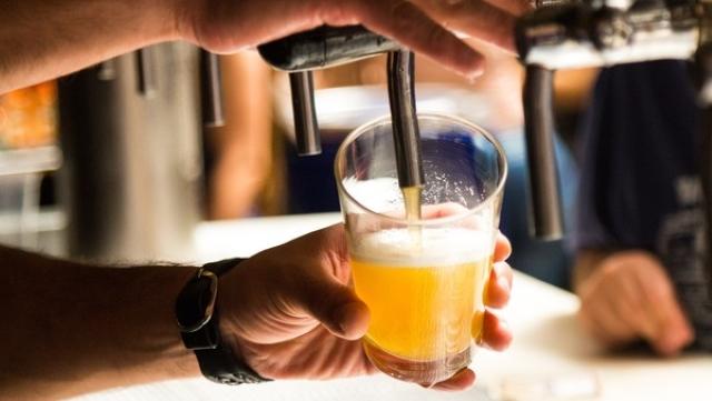 Uống 10 lon bia, người đàn ông bí tiểu kéo dài 18 tiếng, dẫn tới thủng 3 lỗ ở bàng quang