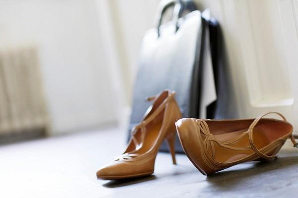 Thường xuyên mang giày cao gót, nữ diễn viên Hồng Kông bị rối loạn kinh nguyệt, vẹo cột sống: 3 bệnh phụ khoa chị em có thể gặp phải nếu làm điều tương tự